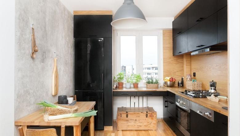 Czarna Kuchnia W Drewnie Niskobudzetowy Projekt Wnetrza Best Kitchen Designs Kitchen Design Cool Kitchens