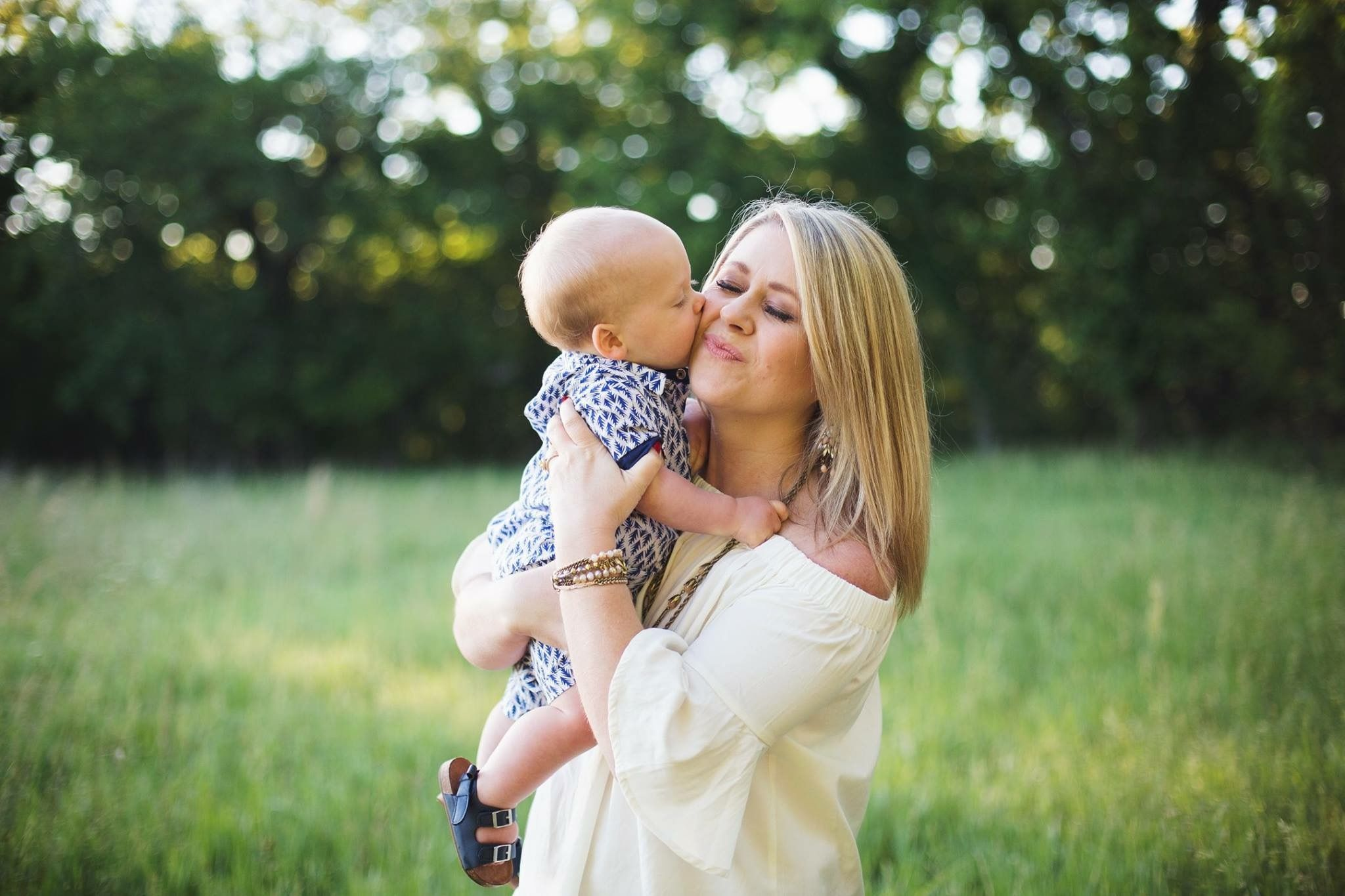 Mom And Son Kiss 1 Year Old Photo Shoot Photoshoot One Year
