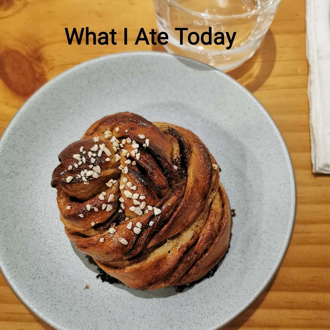 What I Ate Today ~ weekend out w a cinnamon bun ! .  #abcbutter #almondbutter #oats #oatmeal #proats #porridge #porridgepassion #chocolateoats #smoothie #veganbowl #breakfastbowl #healthybreakfast #healthyeats #plantbased #veganeats #whatieat #whatieatinaday #whatiate #mealprep
