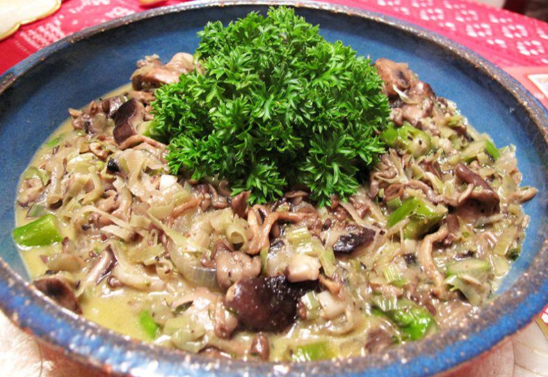 cogumelos com alho-poró e aspargos