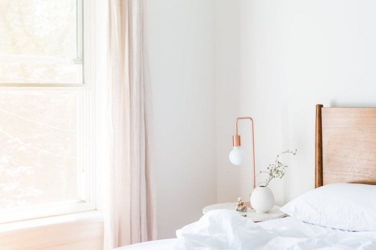 Haus renovieren Schlafzimmer weiss skandinavisch einrichten Kupfer - schlafzimmer einrichtung nachttischlampe