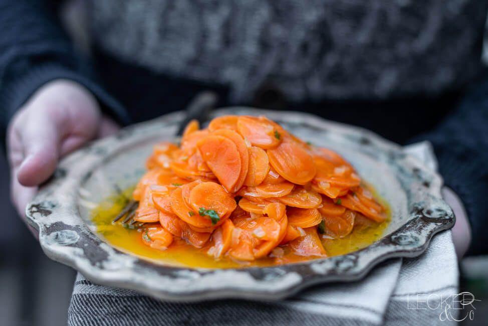 Einer der Vorsätze fürs Jahr 2020 war: das Verarbeiten von Lebensmitteln, mit denen ich auf Kriegsfuß stehe. Heute: die Karotte. Im Sommer, frisch aus der Erde geholt könnte ich mich reinlegen. Klar, wer nicht. Aber was ich nie mochte war Karottensalat – warum? Keine Ahnung. Vielleicht waren mir Karo