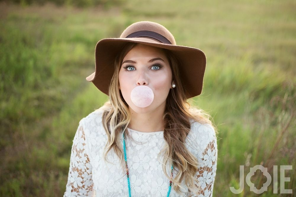 bubble gum Second Baptist BIG FLOPPY HAT Natural field senior pictures houston heights photographer joy photography JOIE PHOTOGRAPHIE sunlit sun flare greenery natural light nature high school girl photos