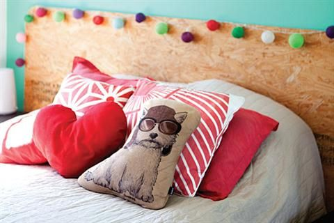 Decorá tu depto inspirado en tus mascotas  La cama tiene el respaldo hecho por los dueños de casa y está decorada con lucecitas Foto:Victoria Schiopetto
