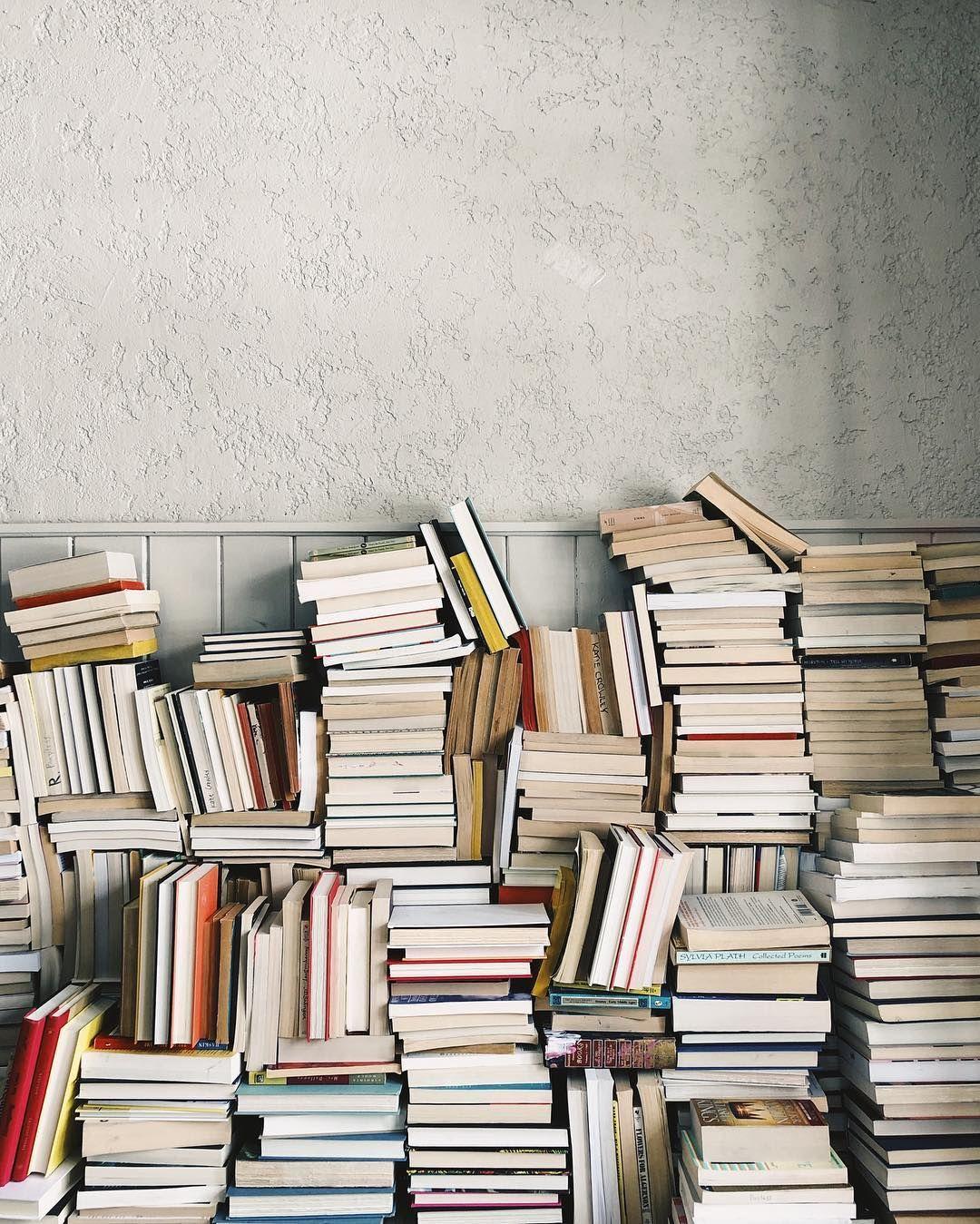 """Photo of Kathleen Crowley en Instagram: """"A veces apilo mis libros como un juego tierno de Jenga y me gusta mucho. Mira mis historias hoy para un cierre … """""""