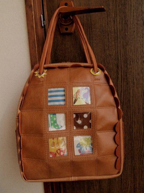 こんがり焼けたビスケットのような色のバッグを作りました。革のなみなみ形で縁取ったデザインがポイントです。サイズ:200x260x90mm(本体部分)素材:合成...|ハンドメイド、手作り、手仕事品の通販・販売・購入ならCreema。