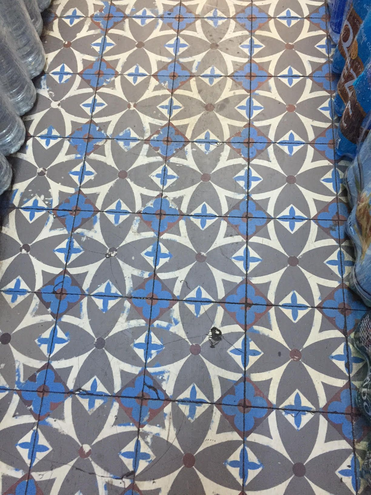 Carreaux de ciment anciens trouvés dans une petite épicerie du 17ème ...