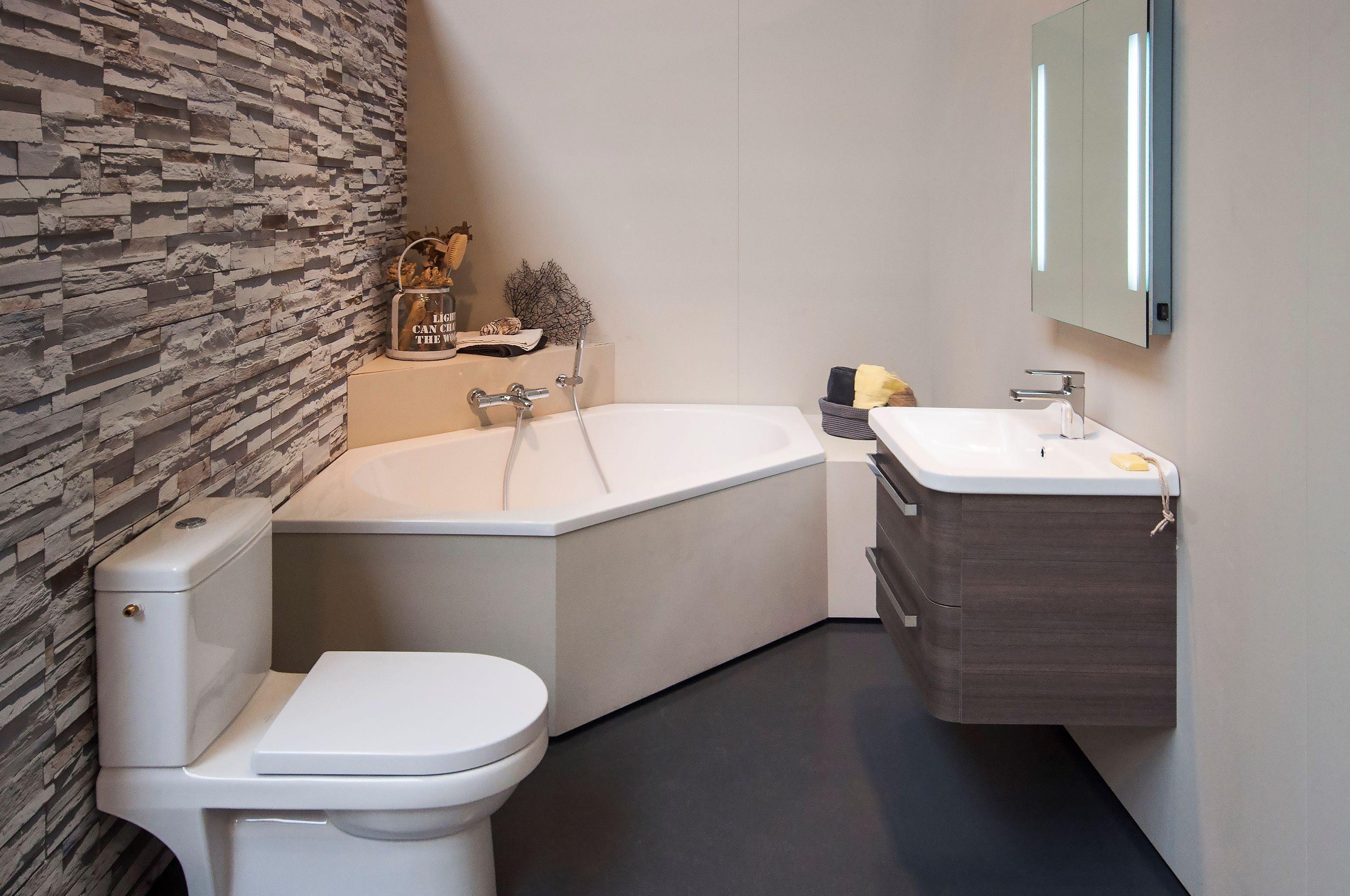 Kleine Luxe Badkamer : Met een #hoekbad in een kleine badkamer neem je minder ruimte in en