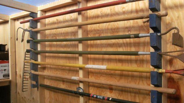 Simple Garden Tool Rack Avec Images Rangement Outils Rangement Outils Mural Outils Jardinage