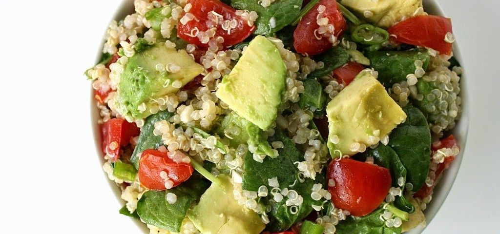 Esta ensalada vegetariana te dará un punch de energía: de quinoa con aguacate y espinaca