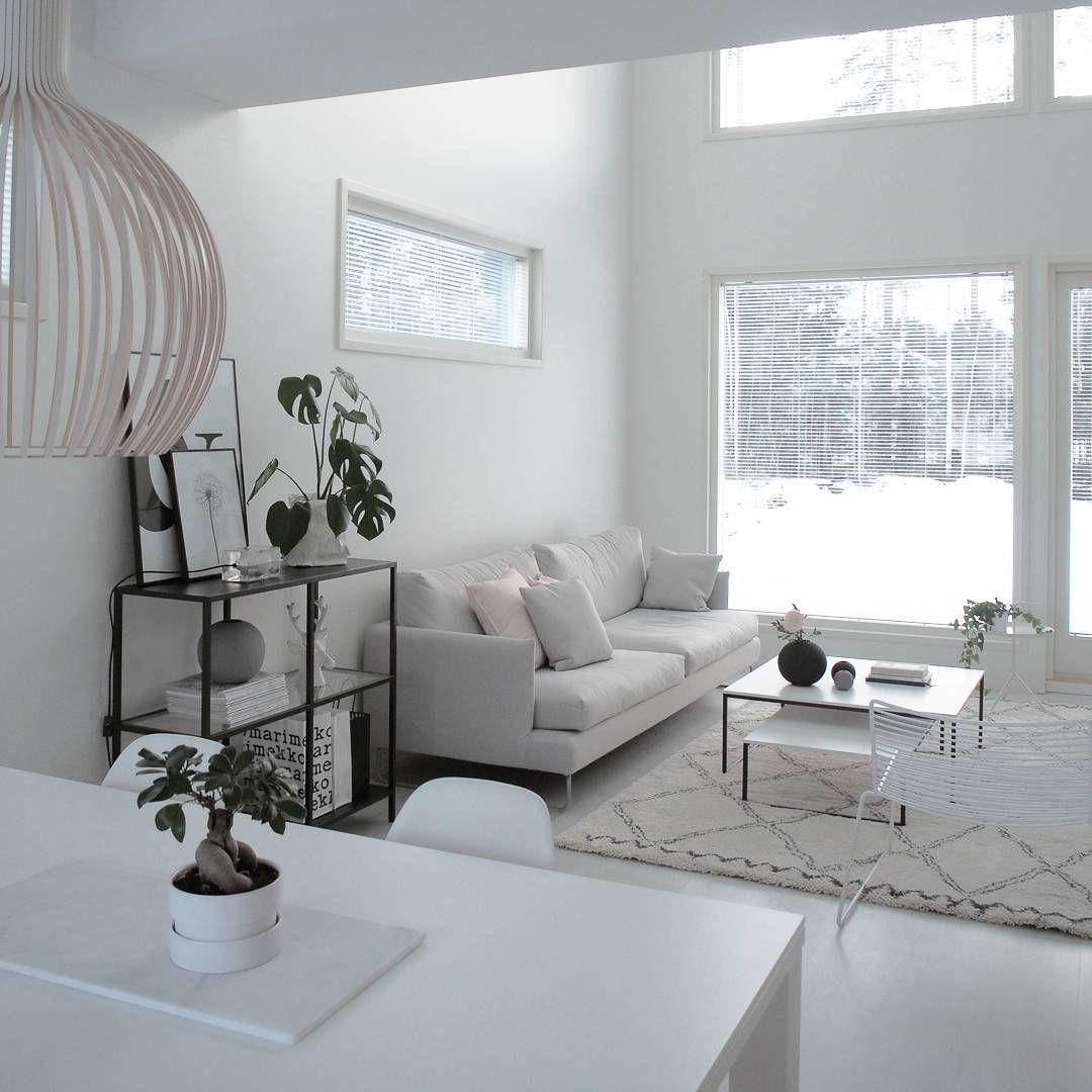Olohuone täynnä valoa ja ihanan suuri huonekorkeus   home ...