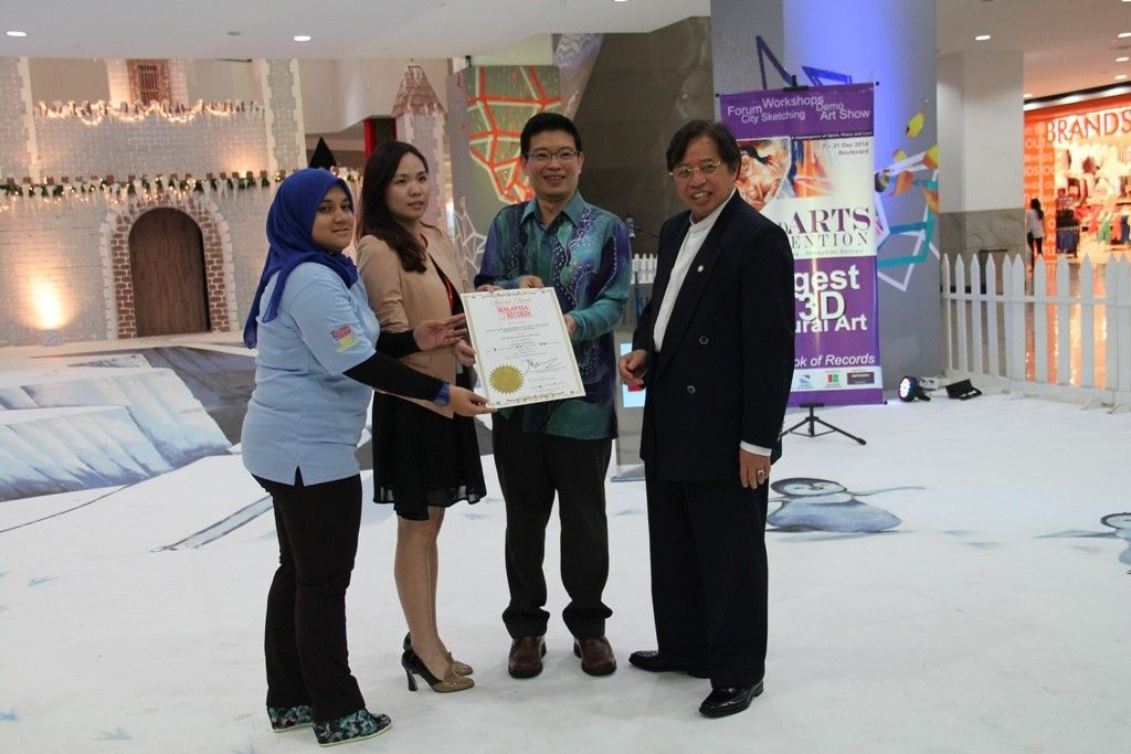 Official handover of the Malaysia Book of Records certificate by representative from MBR Suhaila Shamsuddin (left) to function and marketing manager of Boulevard Shopping Mall Alecia Lam and Goh witnessed by Abang Johari.