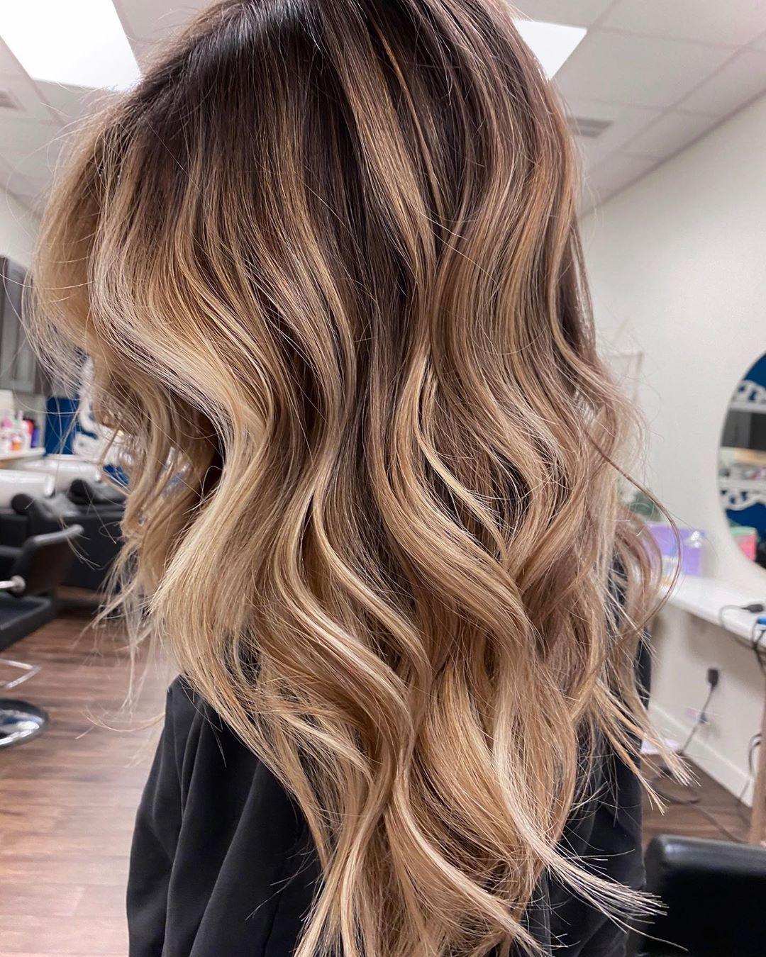 Sehr Schone Naturliche Haarfarbe Die Jede Frau Toll Aussehen Lasst Balayage Haare Blond Mi In 2020 Blonde Haare Mit Strahnen Balayage Haare Blond Braun Blonde Haare