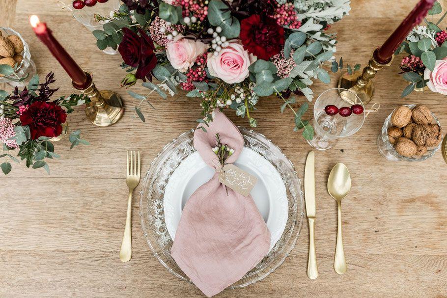 Winterliche Tischdekoration Fur Eine Vintage Hochzeit In Bordeaux Und Rosa Mit Passenden Namenskarten Tischdekoration Hochzeit Tischdeko Hochzeit Dekoration