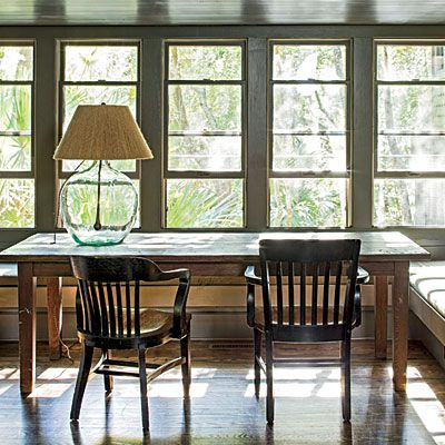 Banish Fuss | A built-in, wraparound bench helps this small dining room feel less cluttered.