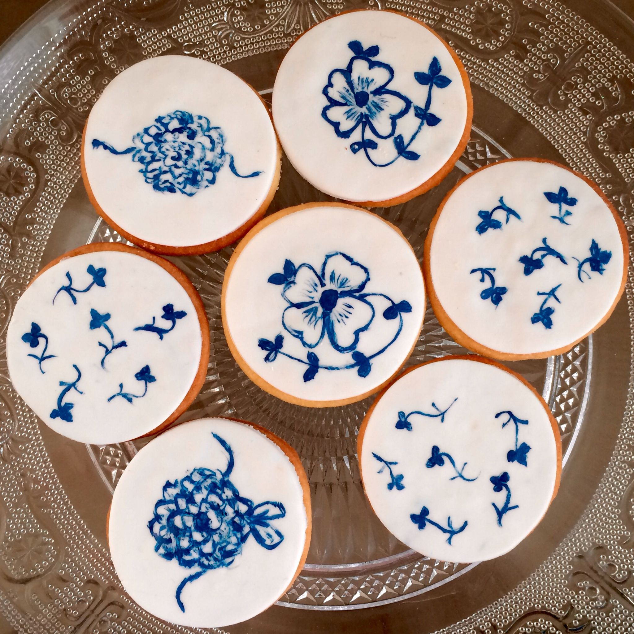 Hand painted blue and white cookies by synies Paris www.synies.com