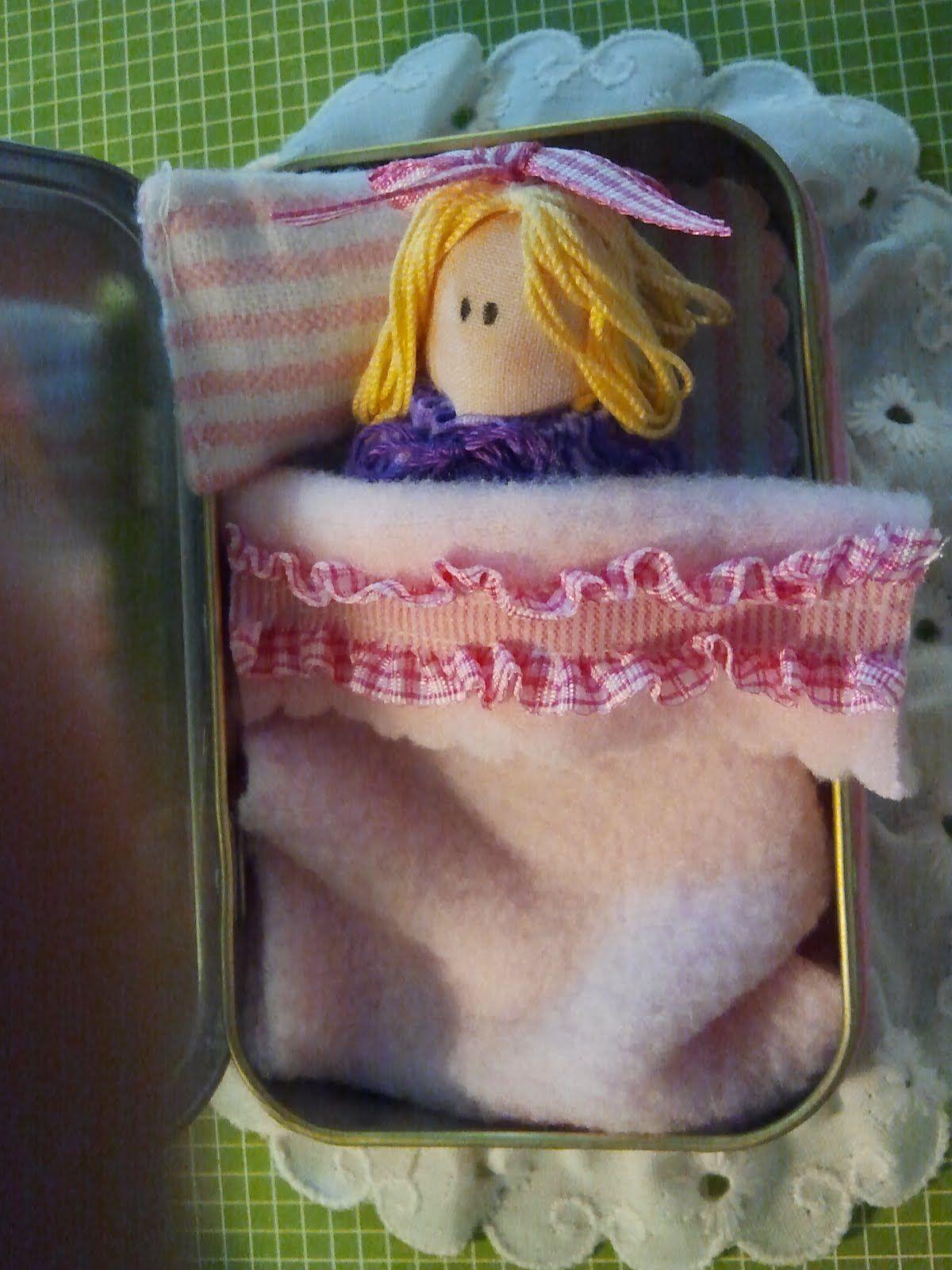Bambolina nel lettino in scatola