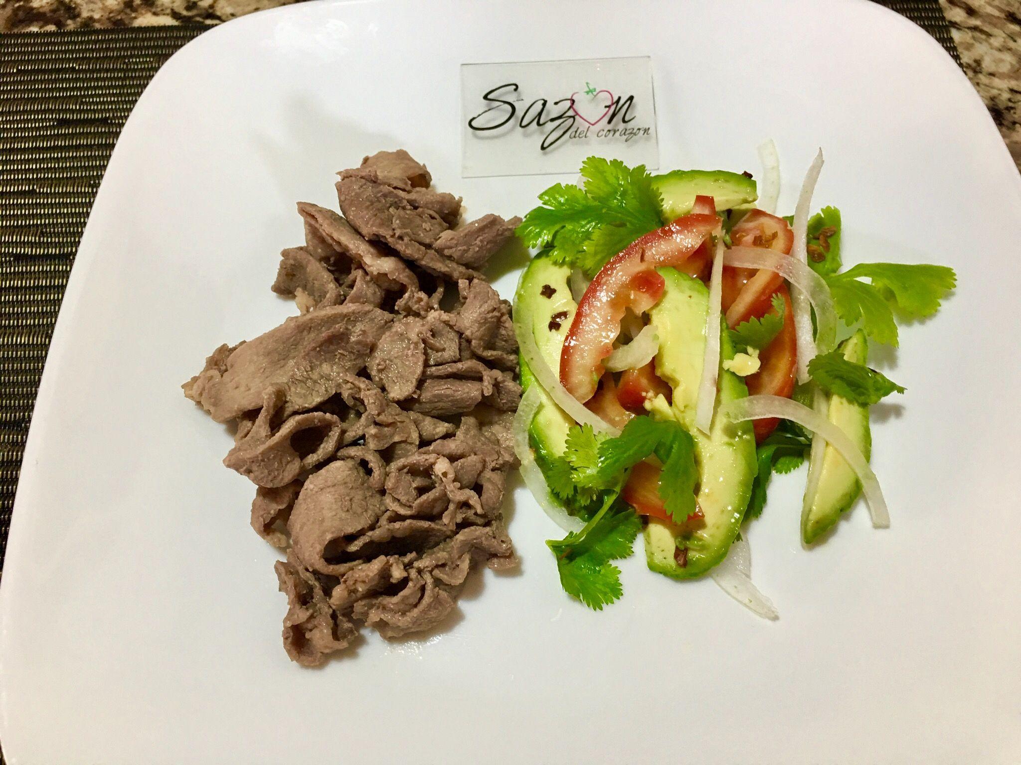Carne asada con ensalada de aguacate y jitomate