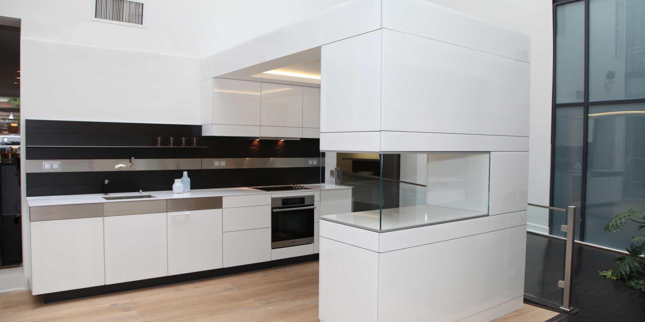 Schwarze Ruckwand Weisse Arbeitsplatte Extra Dunn Kuchendesign Kuchen Design Kuchen Fronten