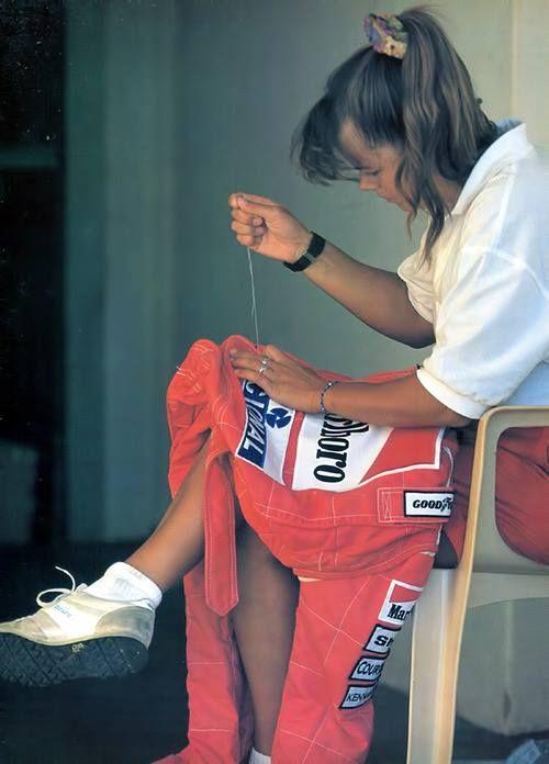 Em 1993, alguém da equipe McLaren colocando no macacão de Ayrton um dos seus patrocinadores, Banco Nacional.