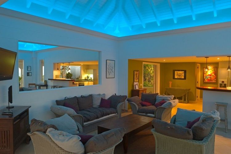 Effektvolle Wohnzimmer Beleuchtung in Blau für die Decke Light