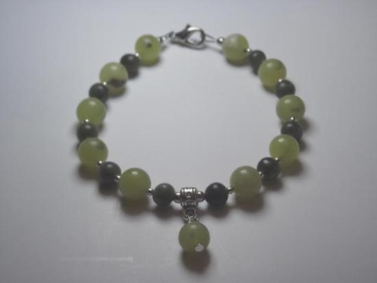 20 pulseras con bolitas de 8mm de jade verde clarito y bolita de 4mm en bolita de jade verde oscuro.Ideal como detalle de boda.  Con bolsita de organza individual y tarjeta con los datos de los novios.