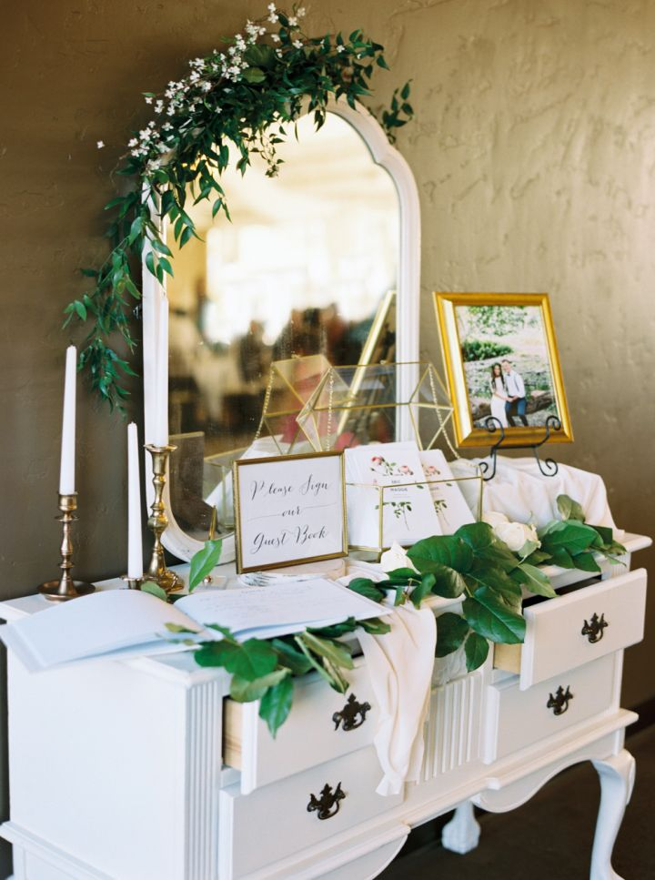 Wedding guest book table decoration | fabmood.com #weddingdecor #weddingdecorations