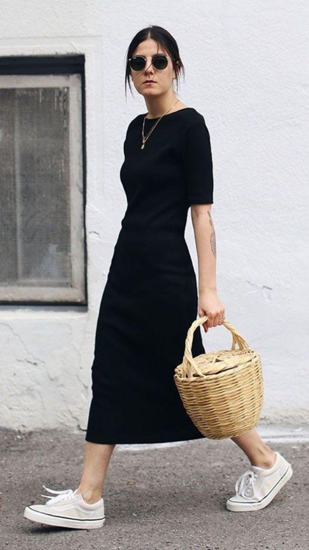 Photo of Sort t-shirt kjole med minimale hvide sneakers og en vævet rottinghåndtaske.