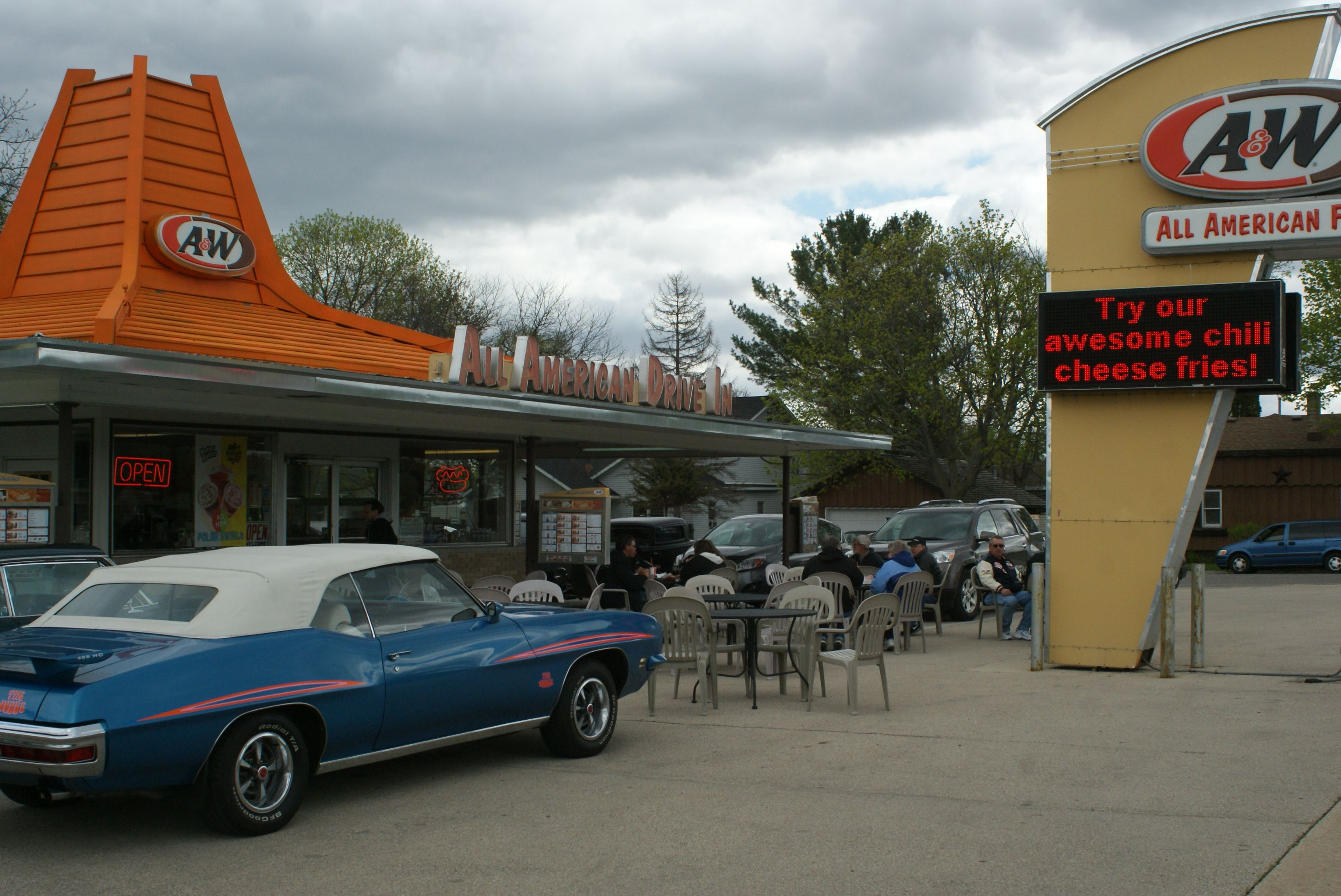 2014-Classic Cars Cruisin\' to A and W on their way to Wisconsin ...
