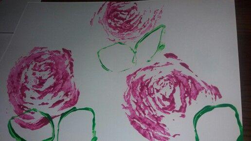 Ruusuja kiinankaalin lopusta painaen..