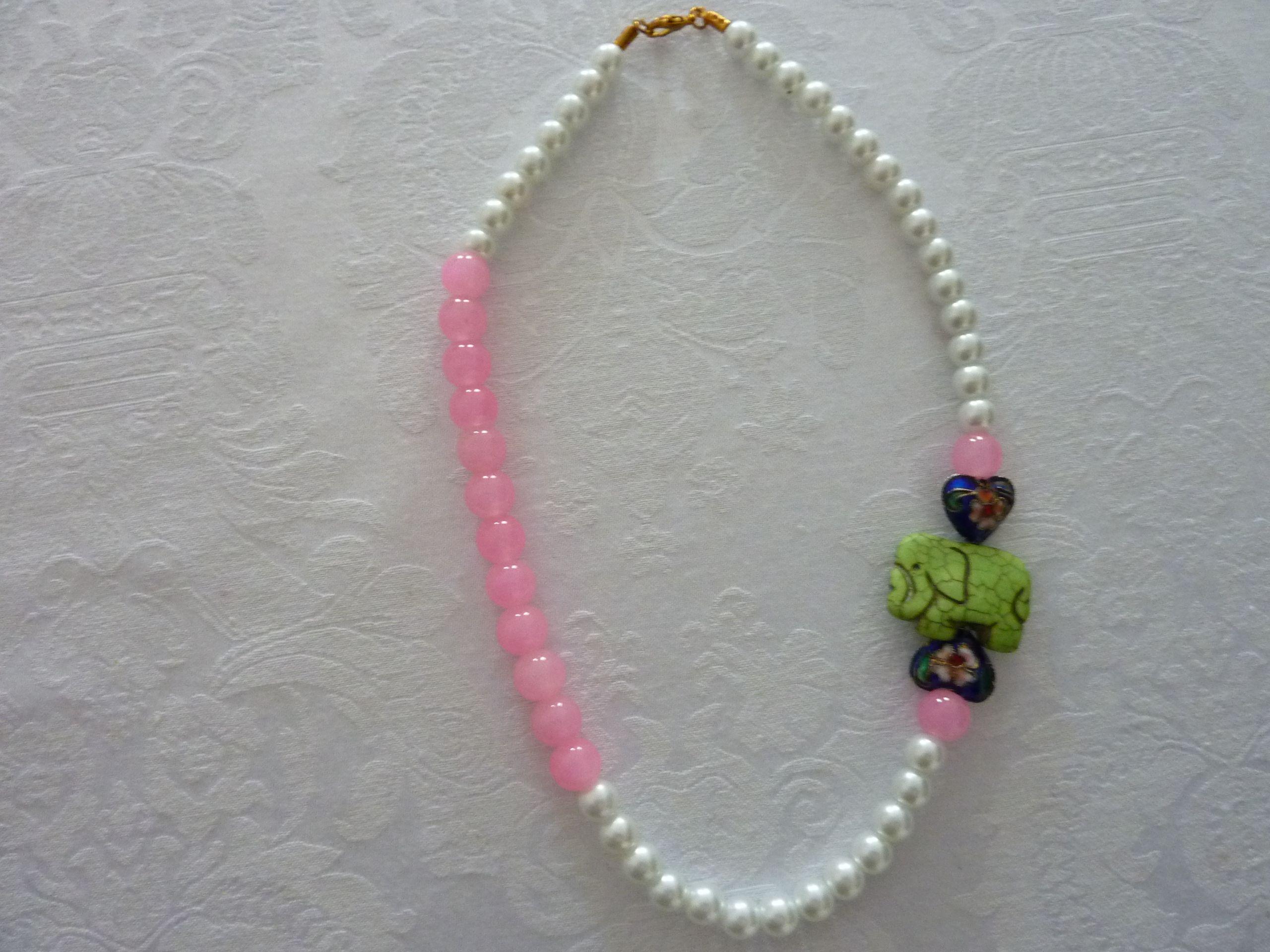 Collar de perlasy bolas rosas de cristal con elefante mineral y corazones cloisonne