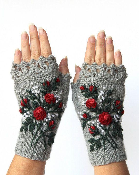 Guantes grises y rojos con rosas, guantes sin dedos de punto, rosas rojas, guantes y mitones, bordados, ideas de regalos, para ella, mitones grises, mitones