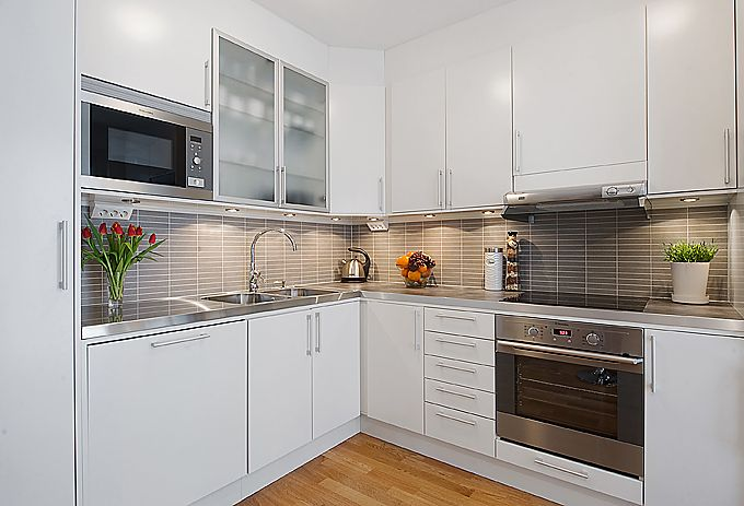 Modern white apartment interior decorating modern white for Small kitchens with white cabinets