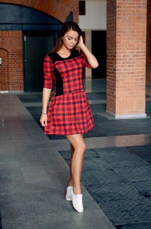 Prosta sukienka z rękawem typu 3/4 w modną kratę. Posiada klasyczny fason, lekko rozszerzany ku dołowi. Modny design i niepowtarzalny wygląd. Oryginalnie zapakowana z kompletem metek.