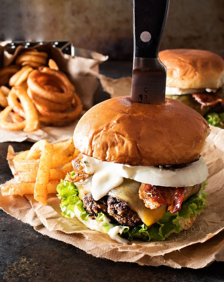Pepper Crusted Bacon Cheeseburgers | Rezept | Cheeseburger ...