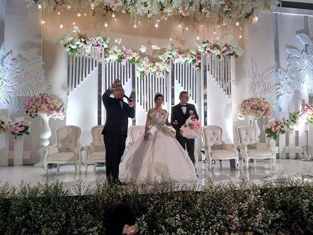 The Night to Remembered of Handy & Lina 05.05.18 Venue: @grahaasiatasikmalaya  Catering: @artastyfood  Decor: @xtidesignku  Photo & Video: @e_studiosphoto @elvind.widyanto  Gaun: @cindytandiyah  MUA: @bertimakeup  Photobooth: @smitebooth  Wedding car: @pendawa_wedding_car  Music & WO: Shine WO & Music #Wedding #weddingbandung #chinesewedding #weddingchinese #weddinginternational #internationalwedding #mandarin #weddingmc #mc #masterofceremony #weddingplanner #weddingorganizer #mcmandarin #mcmandarinbandung #mcbandung #mcjakarta #mcbali #mcmedan #mcpalembang #mcmanado #mclampung #mcsurabaya #vendor #weddingvendor #vendorwedding #vendorweddingbandung #weddingmc #mcwedding #mcweddingbandung #forentrie #jimmyyoemc