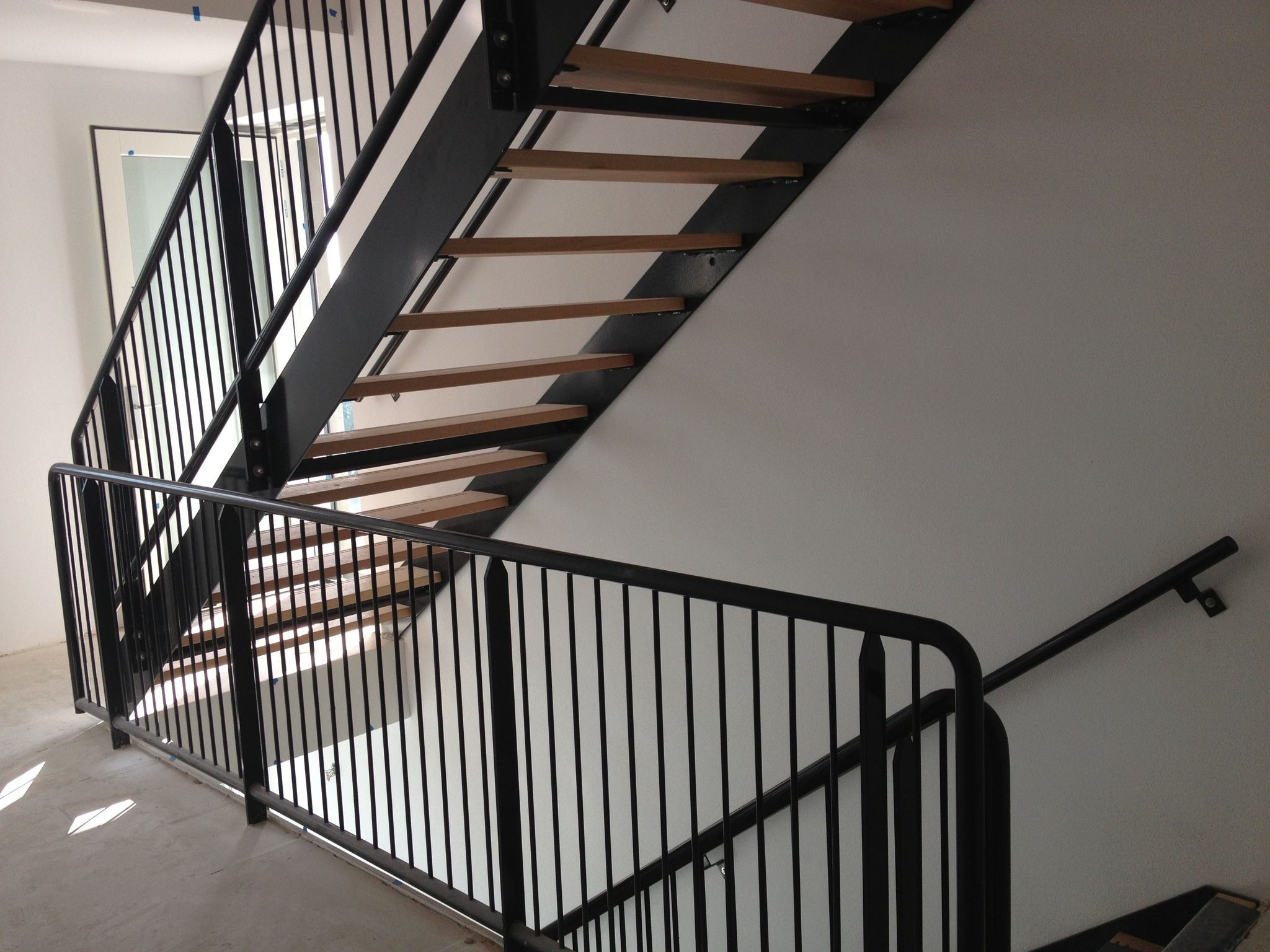 Stalen trap met houden treden en spijlen hekwerk for Stalen trap maken