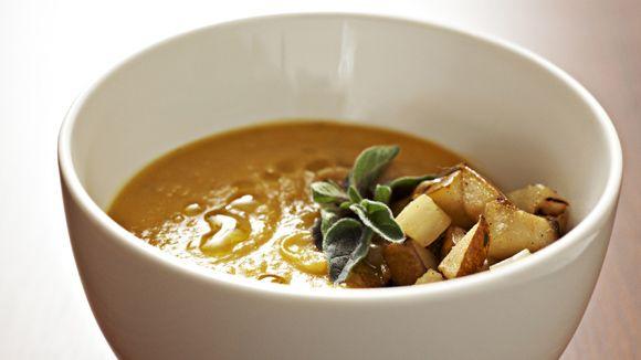 L'astuce de cette soupe inoubliable est le simple ajout d'une pomme acide pour balancer la douceur de la courge.
