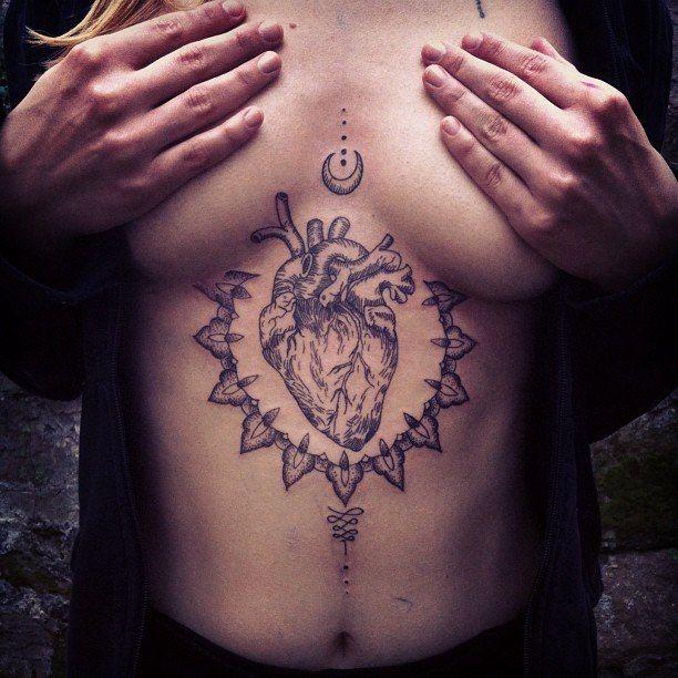 Tatouage Coeur Dotwork Sur Torse Pour Femme Tatouage Pinterest