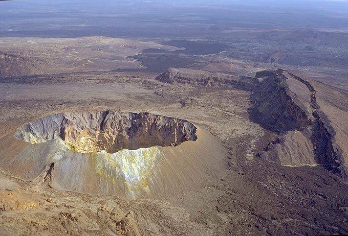 Il cratere sommitale di Hayli Gubbi dentro una grande caldera.