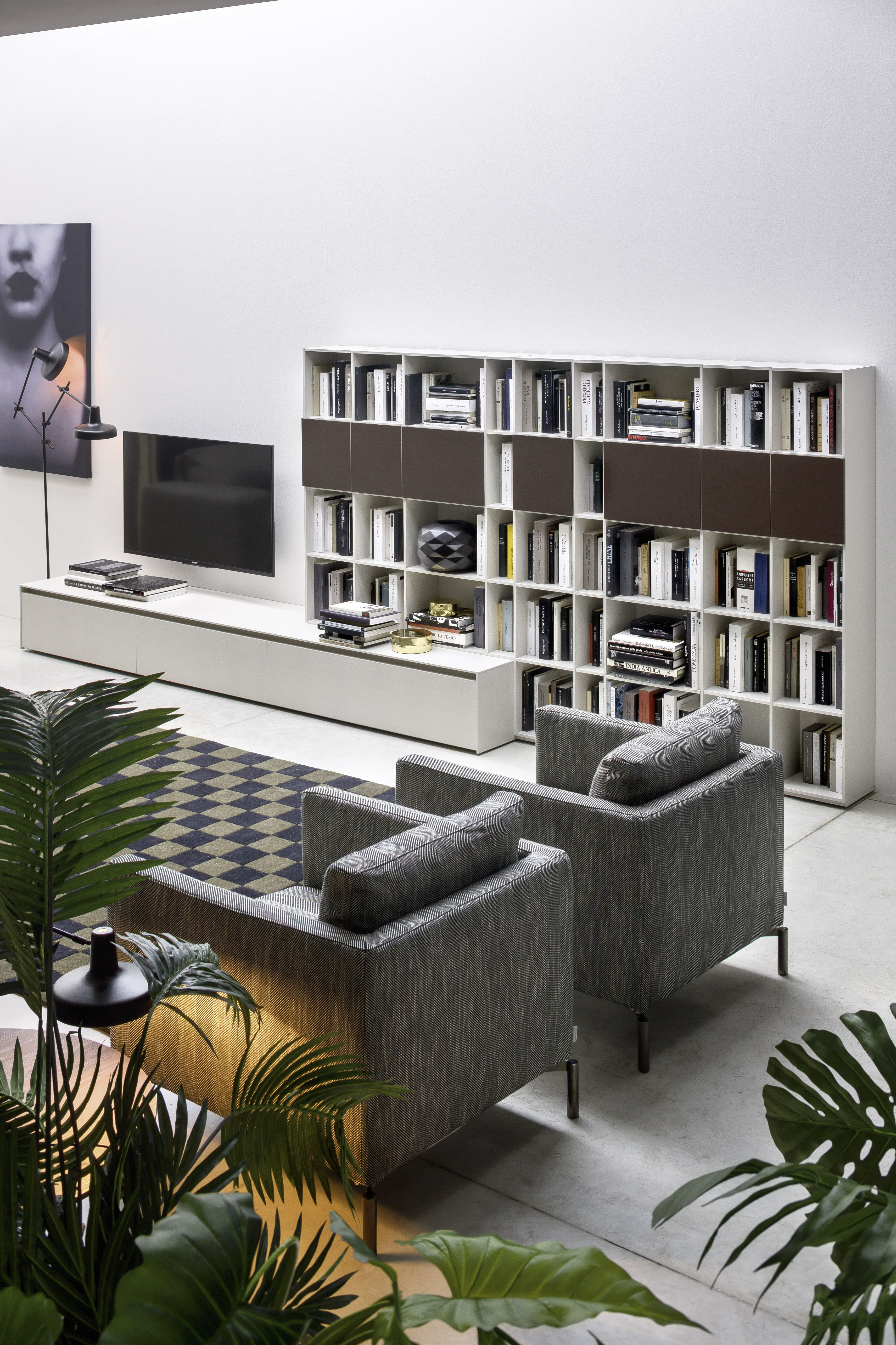 Gemütlich Wohnzimmer Mit Sessel, Bücherregal, TV Lowboard Und Pflanzen.  Design Novamobili Italien.
