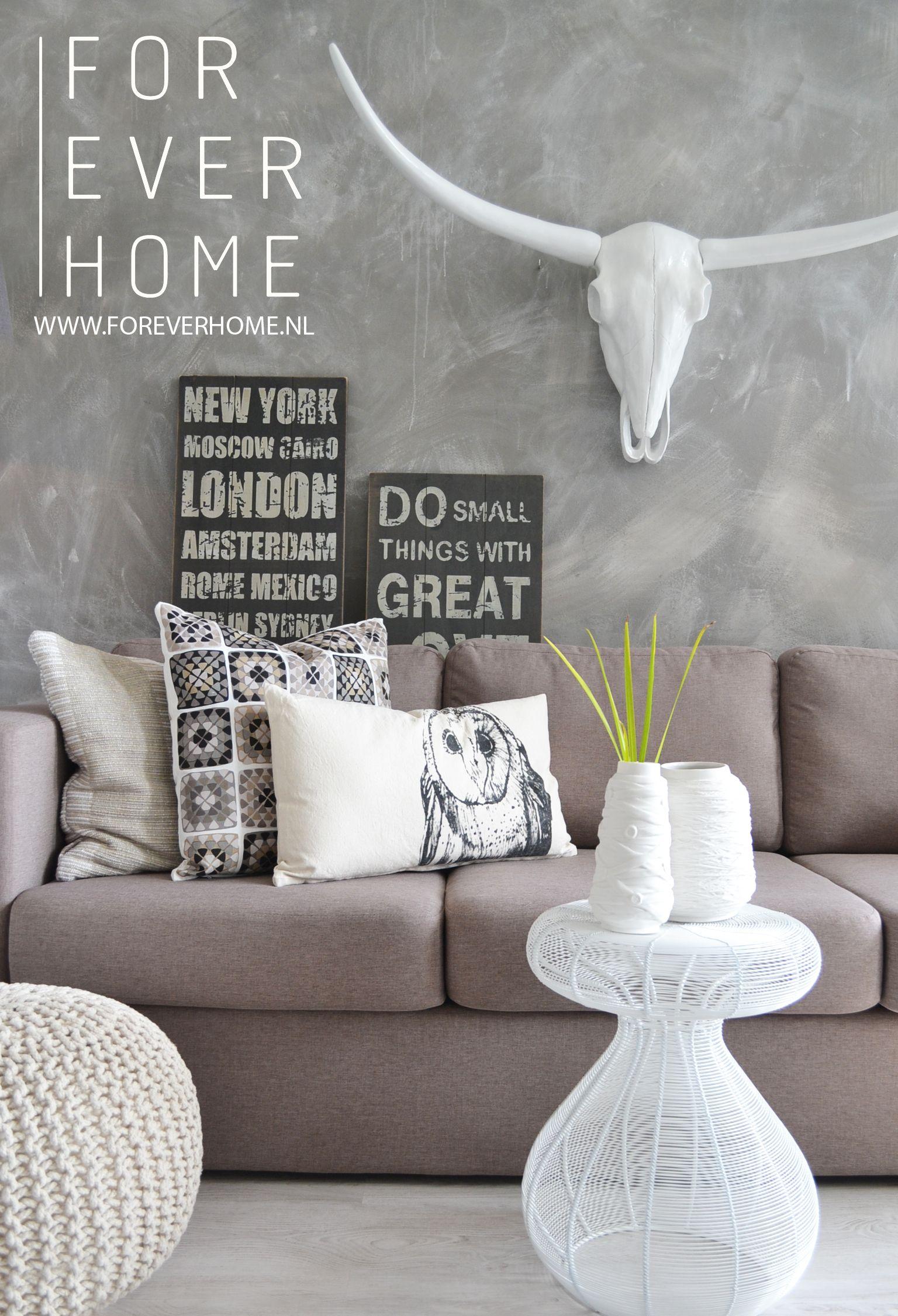 Modern living stoer interieur, grijstinten, bull, betonlook muur ...