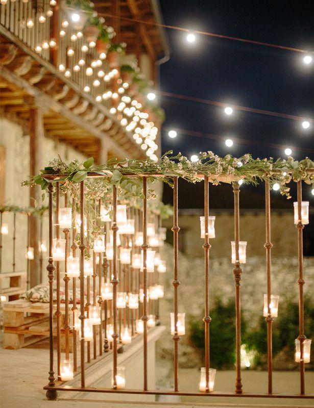 Pedraza (Segovia) encontramos De Natura, la que fue la casa palacio del Marqués de Pineda. Por la noche iluminan la terraza con guirnaldas de luces y velas