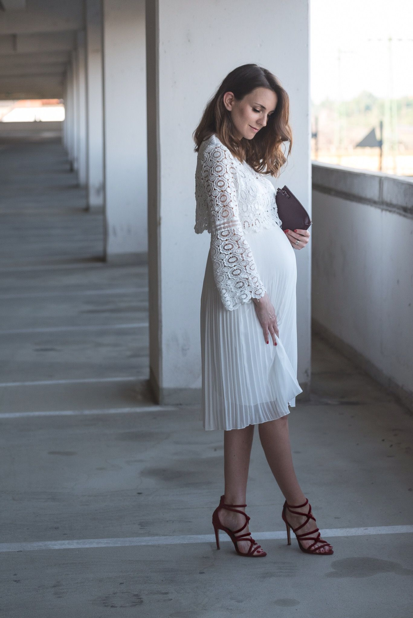 575132085814a pregnancy, week 26, outfit, maternity, all white, red shoes, high heels