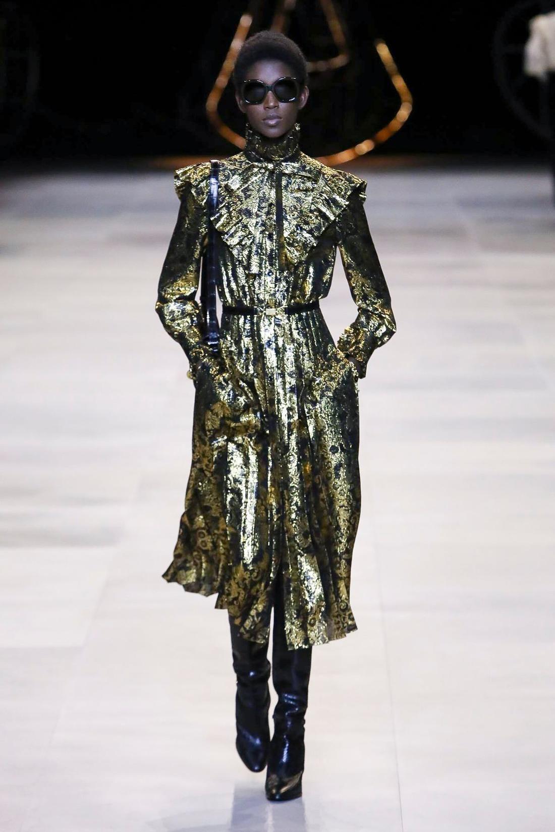 فساتين سهرة ترتر موضة خريف 2020 مجلة سيدتي قدم المصممون مجموعة من فساتين سهرة مزينة بالترتر والخامات اللامعة ضمنمجموعا Ready To Wear How To Wear Live Fashion