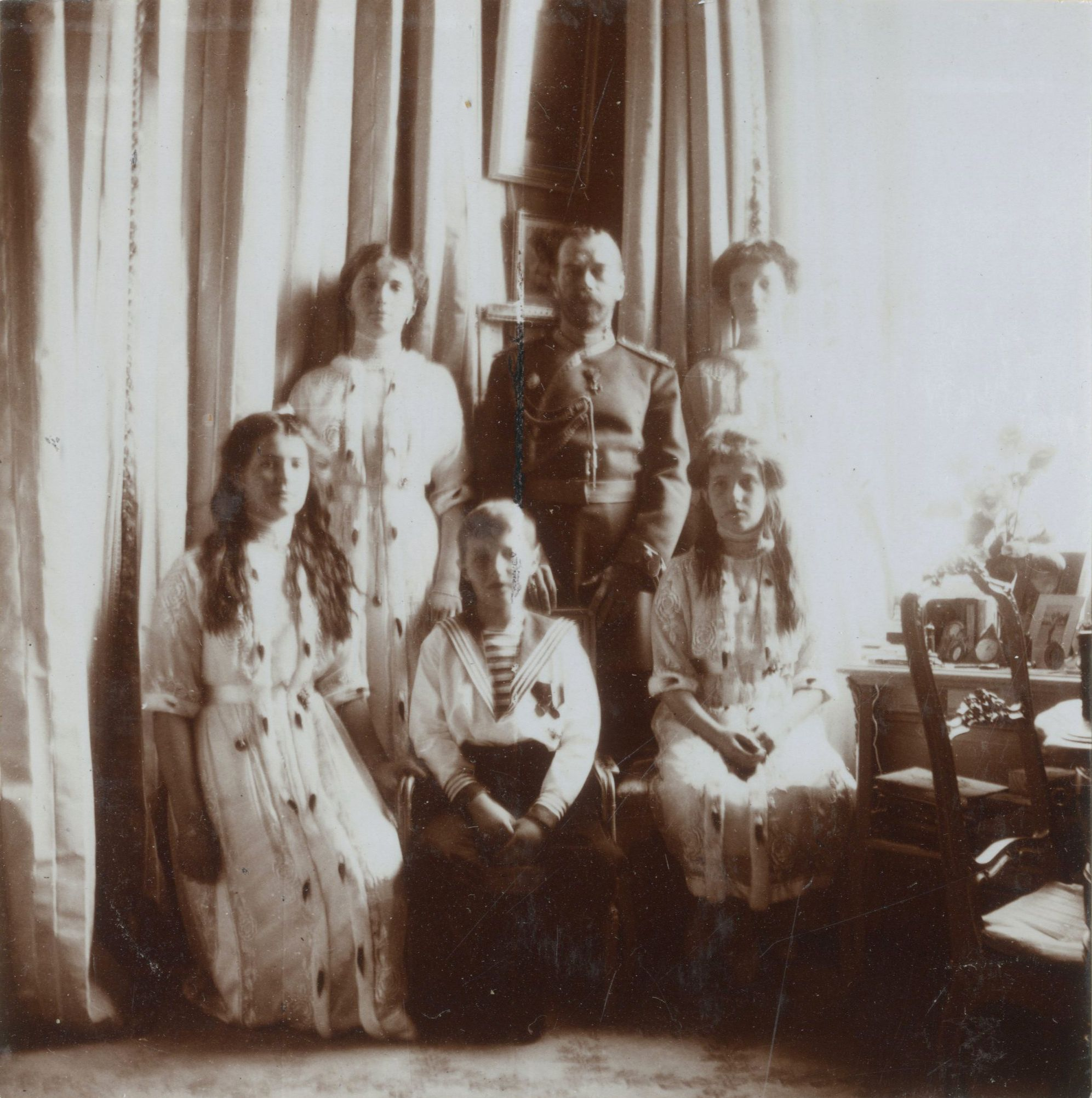 Tsar Nicolau II com seus filhos as Grã-duquesas Olga Nikolaevna, Tatiana Nikolaevna, Marie Nikolaevna e Anastasia Nikolaevna, e o Tsarevich Alexei Nikolaevich, no Alexander Palace, em 1913.