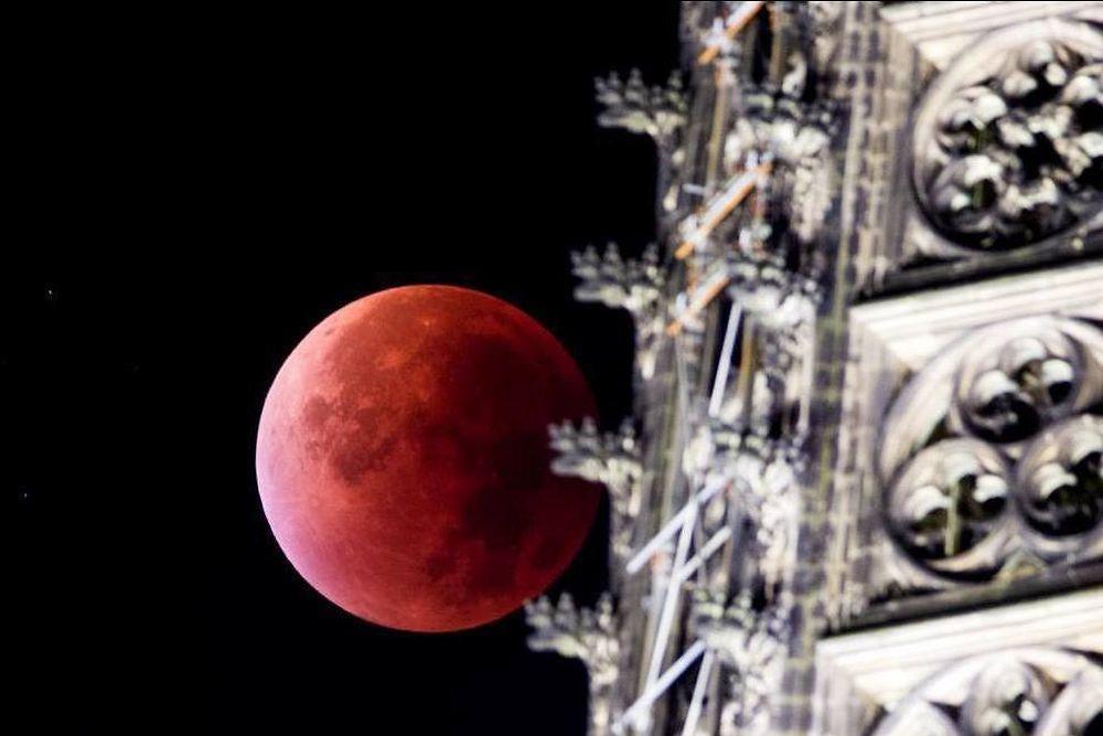 """""""Fais -nous danser Julie La Rousse..."""" ( Colette Renard ) / Eclipse de Lune du 28/09/15. / Au-dessus de la cathédrale. / Cologne. / Allemagne . / Germany."""