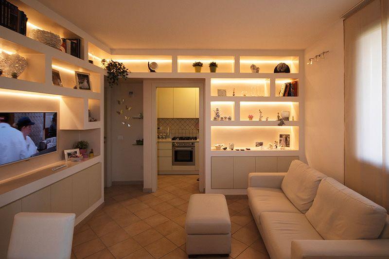 Parete attrezzata in cartongesso per un soggiorno moderno for Disposizione mobili soggiorno