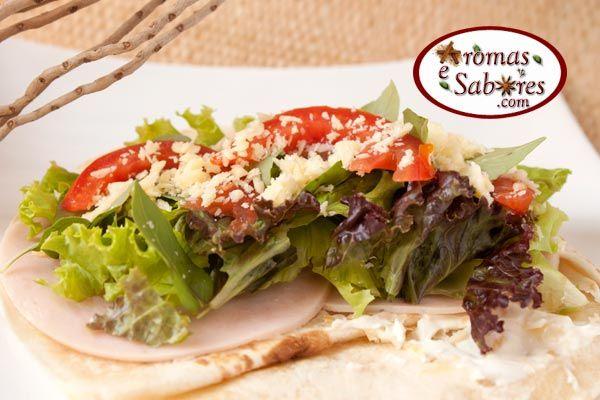 Aromas e Sabores: Sanduíche tipo wrap com peru, queijo, tomate e manjericão