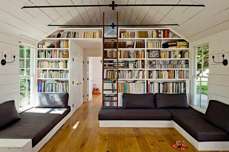 raumhohe Bücherwand - Bücher mit Holz-Leiter erreichen | Home ...